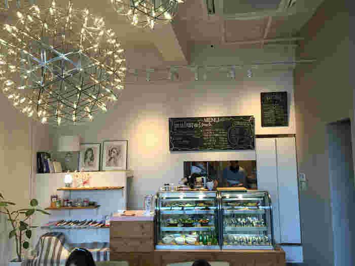 店内は、おにぎり屋さんというよりはカフェに近い、おしゃれな内装。お店が「Onigily Cafeはカフェ感覚のおにぎり処です。」と謳っているのも納得できます。店内でのイートインはもちろん、テイクアウトもできますよ。