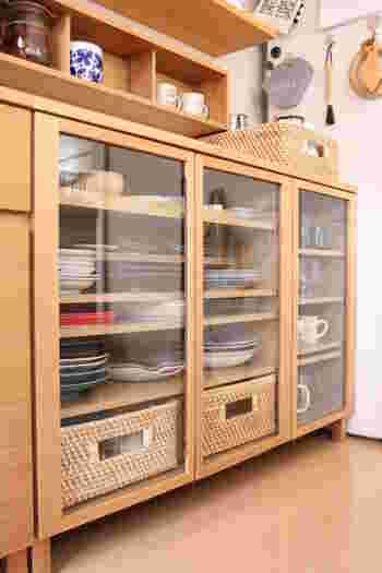 中が丸見えのガラス扉にゴチャゴチャしたものを収納したい場合もありますよね。そんな時はバスケットを使うとスッキリ収納できます。食器棚になじむ素材やカラーのバスケットを選ぶと、統一感が出て美しく収まります。