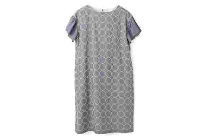 """こちらも、ミナ ペルホネンを代表するテキスタイル""""tambourine""""のワンピース。ふっくらとした刺繍が施されたワンピースは、フォーマルな場所はもちろん、大切な日に着たい1枚です。袖ありタイプは、季節問わず活躍する優れものです。長く大切に着ていきたいアイテムです。"""