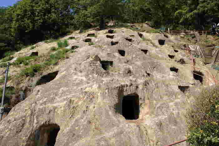 """関越道の東松山ICから約5キロほどのところにある「吉見百穴(よしみひゃくあな)」は、古墳時代の末期(6世紀末~7世紀末)に造られた横穴墓群の遺跡。何とも神秘的な雰囲気です。トルコの世界遺産にも似たその形から""""埼玉のカッパドキア""""とも呼ばれています。現在確認できる横穴の数は219基もあり、ハチの巣状に空いた穴の多さに圧倒されます。"""
