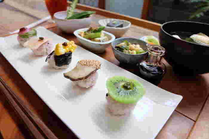 身体にやさしい食材がずらり。ランチには一汁一穀三薬膳、野菜寿司膳などがあり、山陰の食を堪能できます。予約をするのがおすすめです。