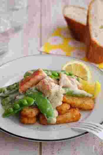 生鮭を使い、レモンクリームソースをかけた爽やかなテイストのローディッドフライ。彩りも美しく、メインディッシュになるひと皿ですね。