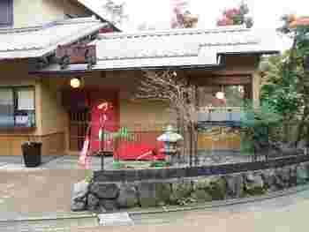 二尊院すぐ傍の「味茶房 かのん」は、定食も頂ける甘味茶屋。のんびりくつろげるお店と評判です。