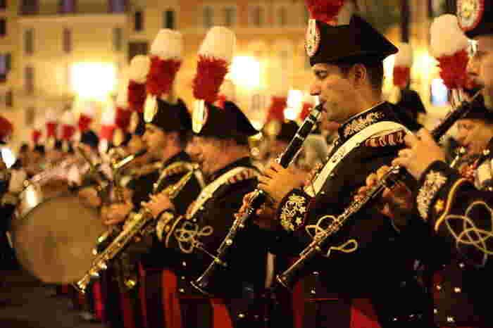 24日~25日にかけて、ヴァチカンでは大きなミサが執り行われ、世界中から多くの信者が集まります。この日だけの特別な儀式を神聖な気持ちで見守る人々。楽団や衛兵の行進なども見られます。他にも、イタリアの他の至る所でミサが行われますが、イタリアの人々は皆、とてもさりげなくそっと参列しています。観光客が参加する場合は、現地の慣習に倣って、きちんとマナーを守ることが大切です。