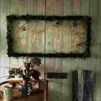 無着色の天然MOSS(山苔)にブリザーブドのリーフなど天然素材たっぷりの緑のフレーム枠です。  お部屋の中に自然の世界を招き入れたよう。癒しの風を運んでくれます。