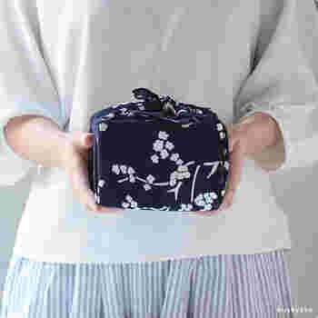 """こちらの風呂敷は、日本とフィンランドの外交関係樹立100周年を記念して作られたもの。""""KIRSIKANKUKKA""""はフィンランド語で桜の花を意味し、京都の染物工場で手作業で摺り上げています。"""