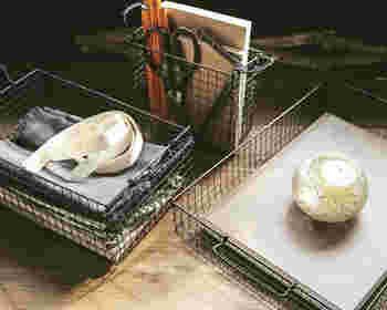 書類や文房具の収納にぴったりなこちらのワイヤーバスケットは、なんと焼き網を使って作られています!