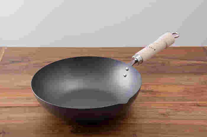 20~30cmまで2センチ刻みでサイズが選べる「リバーライト」の炒め鍋。鉄製ですが特殊加工で錆びに強く、IH対応の物もあります。お鍋は片口になっているので、ちょっとした汁物や煮物も楽に盛り付けできます。