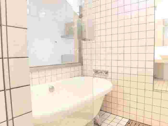 そんなバスルームの湿気も、少しの気配りで湿気やカビから守ることができます。バスルームがカラリとしていれば、お家の中全体の空気も快適になりますよ。