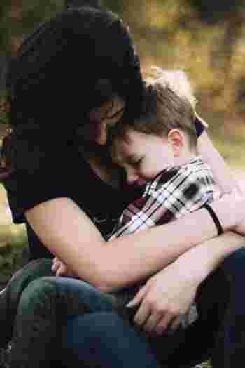 新米教師で責任転嫁グセのある岡本は、子供から信頼されず学級崩壊寸前。旦那が単身赴任のため娘と2人で暮らす雅美は、時折娘に手をあげてしまいます。雅美と同じマンションの陽子は、子供たちを溺愛しながらも悲しい過去を抱えていました。一人暮らしの老婆、あきこは家の前で自閉症の女の子を保護します。同じ街で暮らす大人たちが、子供を導く人として悩み葛藤し、乗り越えていく物語です。