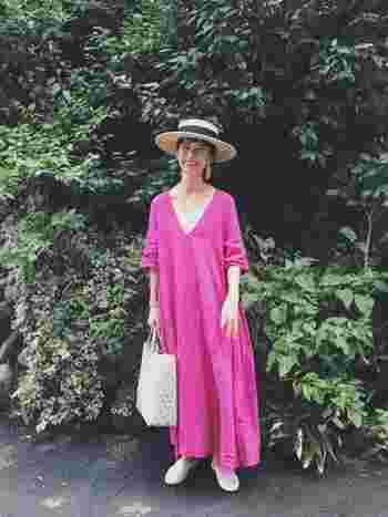 後ろでまとめたストレートロング。鮮やかでぱっと明るいピンクのロングワンピースも、さらりと着こなすことが出来ます。白い小物で爽やかさと軽やかさをプラス。