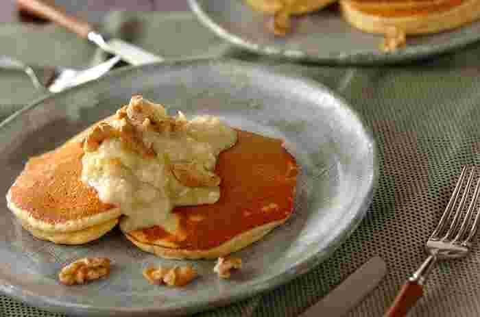 砂糖を使わず、甘酒とリンゴのソースでいただくもちもちのパンケーキ。クルミを入れることで食感がアップし、つい食べ過ぎてしまいそう。