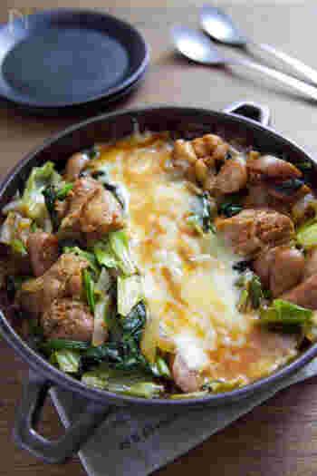 トマト鍋の素とはちみつを加えることで甘味がプラスされ、辛さがグッとマイルドに。2人分なので、フライパンで作ってチーズを境目に分け合いましょう♪