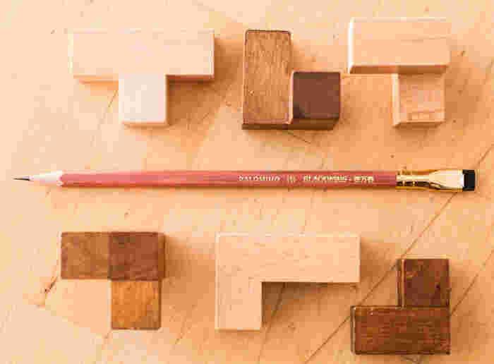 合格鉛筆にあやかって、形は五角になっています。本体は、赤みを帯びた小豆色。あえて木の風合いを残しツヤを出すことで、美しく仕上げてあります。それに映える華やかなゴールド。復刻モデルらしい、レトロな魅力を感じる鉛筆です。