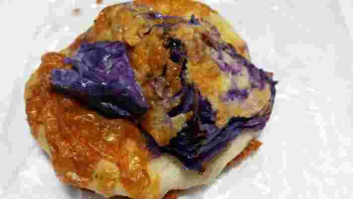 色鮮やかな「めんたい紫キャベツ」。見た目以上にキャベツの割合が多く、「お野菜を食べている!」という気分になります。