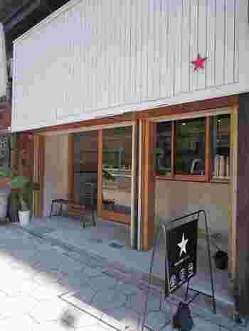 シンプルながらもおしゃれな雰囲気が漂う「ロースターズコーヒー」は今年オープンの注目店。煎りたてのコーヒーの味を気軽に楽しめます。