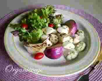 半日干した大根、カブ、玉ねぎをソテーしたおしゃれなサラダ。紫玉ねぎが彩りのアクセントになっています。少し干した野菜はみずみずしさが残っていて、生とはまた違った味わいが楽しめます。