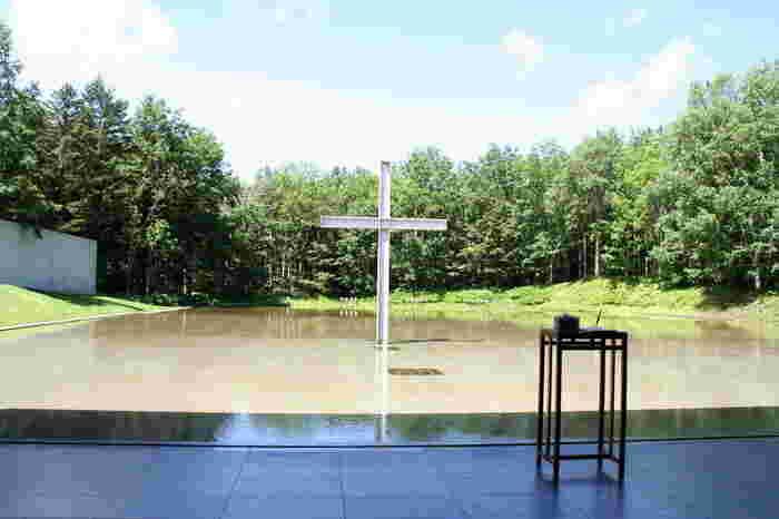 日本を代表する建築家の安藤忠雄氏が設計した星野リゾートトマム内にある水の教会。小鳥のさえずりや、風の薫り、水のせせらぎによって、非日常の空間を味わうことができます。結婚式が行われていない時間帯で見学も可能です。