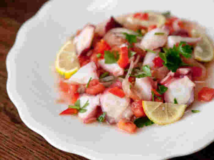 ポルトガル料理のたこのサラダです。ポルトガルは大西洋に面していて、新鮮な魚介類を生かした料理がとても豊富です。ゆでたこ・たまねぎ・トマト・パセリ・レモンを、オリーブオイル・塩・酢をベースとしたドレッシングで和えるだけ。シンプルながら、たこの食感と旨みが楽しめるサラダですね。
