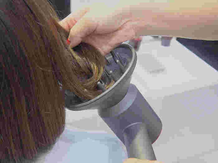 髪をふんわりさせたい時やパーマヘアを出したい時は、ディフューザーに髪の束を乗せて、風を優しく当てます。 短時間でふんわりヘアを作ることができます。風を均一に分散させることができるので、男性のヘアセットの際にもおすすめです。