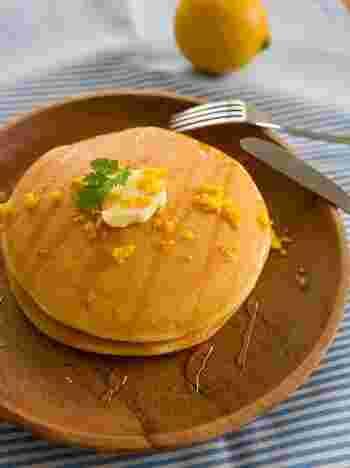 レモンはお菓子やお料理のトッピングとしても使えます。例えばパンケーキなら、出来上がった後からすりおろしたレモンをササッと振りかけるだけでとっても美味しく仕上がりますよ!