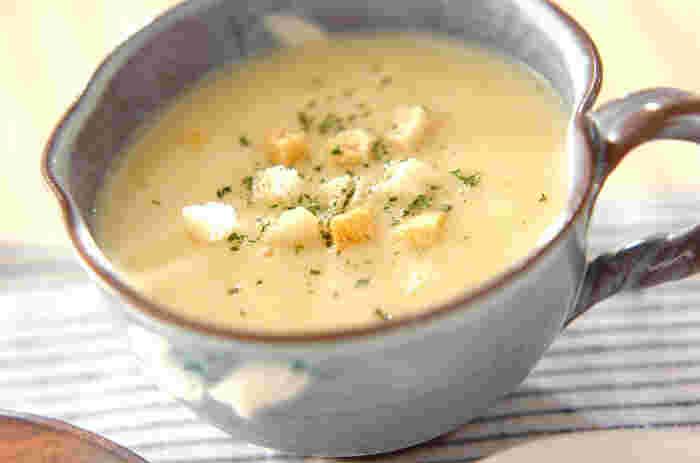 お野菜が苦手な子どもでも美味しくいただけるコーンスープ。カリフラワーと玉ねぎをじっくりと煮て、ミキサーにかけ、コーンクリームと合わせています。クルトンを散らすと、食感のアクセントができて見栄えもよくなるのでぜひプラスしてあげたいですね。
