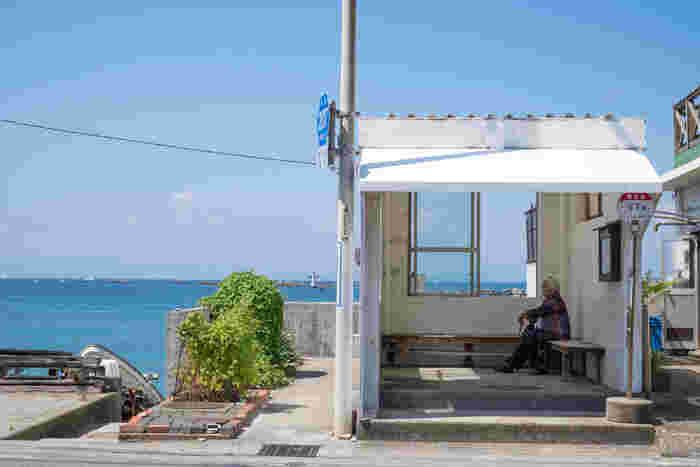"""バス停の""""白""""と、海と空の""""青""""のコントラストが爽やかですね。絵になります。"""