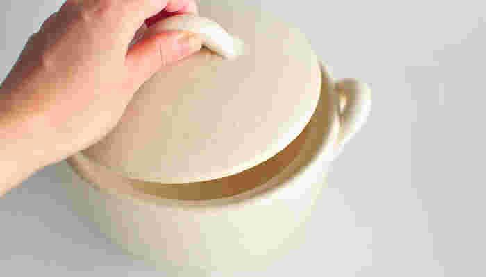 どこか懐かしさを感じさせる優しい色の土鍋。サイズは約17×13cmと小さいので、炊いたご飯をお茶碗やどんぶりに移し替えずにそのまま食べられます。洗い物の手間が省けて嬉しいですね♪ヒビ割れ、破損などを防いでくれる材料が含まれているので、気兼ねなく使えますよ。
