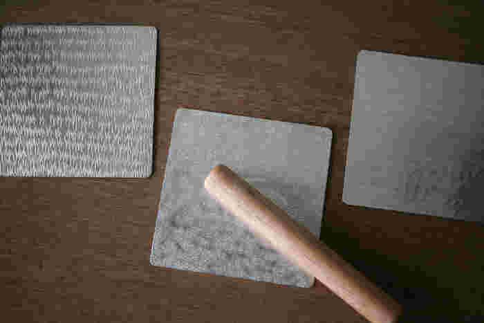 一見、錫のコースターに見えますが、実はこちら自分で好みの形に折り曲げて使用することができる創作意欲を刺激される素敵な「すずがみ」という錫の板から作られた製品なんです。