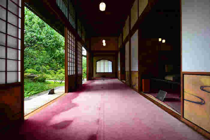 西ゾーンにある「三井八郎右衞門邸(みついはちろうえもんてい)」。港区西麻布に1952年(昭和27年)に建てられた邸宅で、客間と食堂部分は、1897年(明治30年)頃京都に建てられ、戦後港区に移築されたものを復元しています。本間に沿った広い縁側や突き当りの櫛型窓、庭の緑とのコントラストもいい雰囲気です。