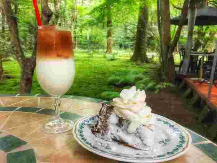 ホイップクリームがたっぷり乗ったバナナケーキ。クリームはさっぱりとしていて、洋酒が入った芳醇な味わいのケーキによく合います。アンティークのお皿も優雅なひとときを演出してくれます。