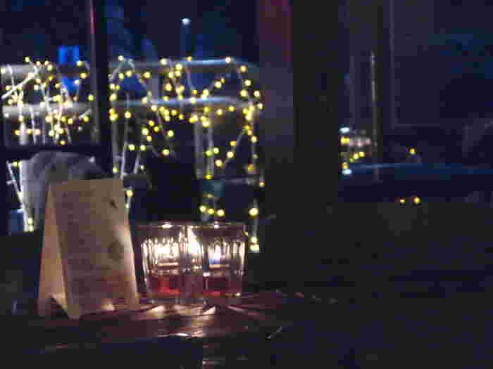 ディナーはこのように大人な雰囲気に。ろうそくを眺めながら会話が弾みそうです。
