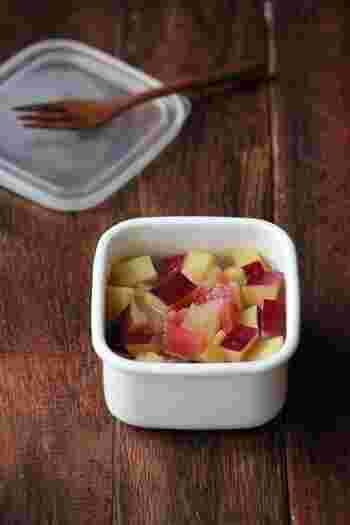 さつまいもとりんごのレモン煮。優しい甘さで、お子さまもパクパク食べてくれそうなおかずです。おやつとして作ってもいいですね。