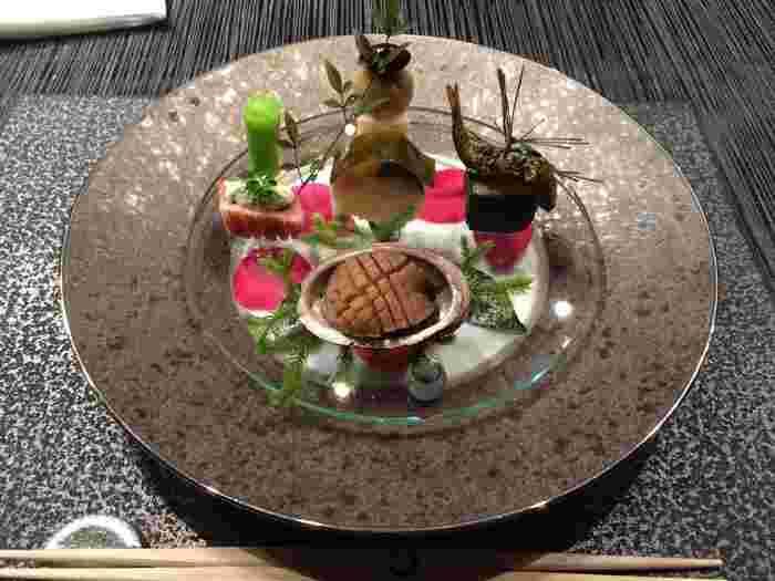 お食事は、嵐山の情景が感じ取れるような、見た目も美しい京料理が中心。調理法や盛り付けを駆使し、素材の旨みを最大限引き出した逸品の数々をご堪能あれ♪
