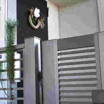 最近は、門扉に若松を門松として飾るおうちも増えました。このようにシンプルに飾る場合は、紐などをかけて結わえ付けます。地域によっては、水引や輪飾りをかけることもあります。