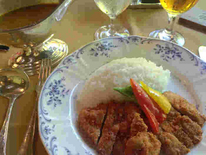秘伝のレシピで作るカレーもおすすめ。鶏もも肉のカツレツや帆立貝と小海老のソテーなど4種類からセレクトできます。