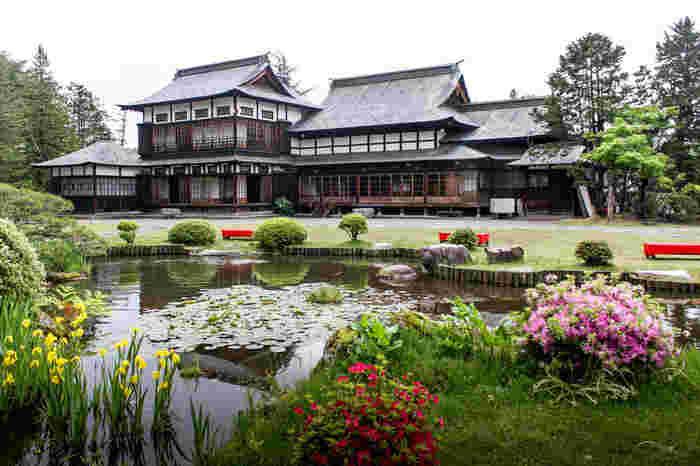 大正14年に建てられた現在の「上杉伯爵邸」は、総ヒノキ銅板葦きの入母屋造りの建物で、1997(平成9)年に国の登録有文化財に登録されました。米沢牛や郷土料理のお店としても有名ですが、和カフェ「茶房」では気軽にティータイムが過ごせます。