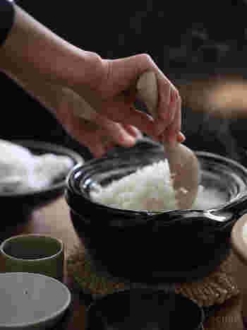 土鍋でご飯を炊くときには、浸水を土鍋でしないように注意します。土鍋は水分を吸収しやすいので、水分を吸収した状態や鍋底が濡れている状態で火にかけると土鍋にヒビが入ってしまうことがあります。土鍋は大きさやその形状によって、炊きあがる時間にすこし差が出るので、好みの炊きあがりになるよう、時間を微調整してみるといいですね。