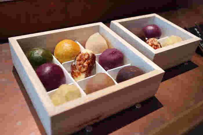 伝統の和菓子を現代風に進化させた、HIGASHIYA(ヒガシヤ)。ころんとしたフォルムがかわいらしい「ひと口果子」は、見た目にも華やか。棗(なつめ)椰子と胡桃に発酵バターを合わせた「棗バター」や、栗の甘露煮を紫芋の餡でくるんだ「紫根(しこん)」など、他にはないオリジナリティあふれるものばかり。季節に合わせた限定の「節気ひと口果子」も。
