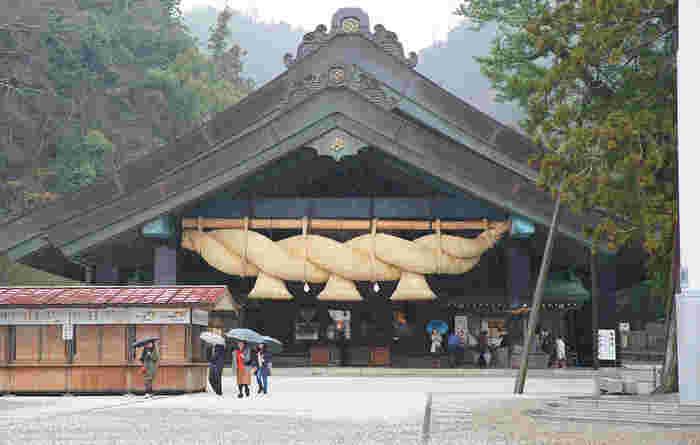 最初にご紹介するのは、えんむすびの神様・ダイコクさま(大国主大神)が御祭神の「出雲大社」。どなたでも一度はその名を聞いたことがあるのではないでしょうか。有名な神楽殿の大しめ縄は、日本最大級として知られており、その重さはなんと4.5トン。