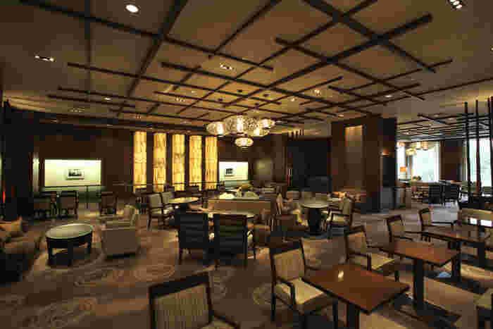 アートラウンジ デュエットは、京王プラザホテル内に入っている喫茶ラウンジです。歴史を感じるアンティークな雰囲気と、広々とした空間はお仕事の打ち合わせや商談などにも人気がありますよ。
