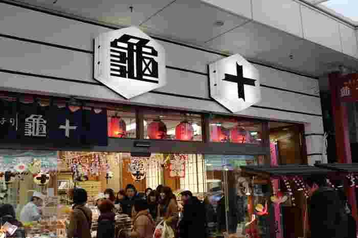 東京メトロ銀座線の「浅草駅」2番出口から徒歩約1分、待ち合わせスポットとしても人気の浅草雷門の近くにある「亀十」は、どら焼きが美味しいお店として、連日多くの買い物客で賑わっています。