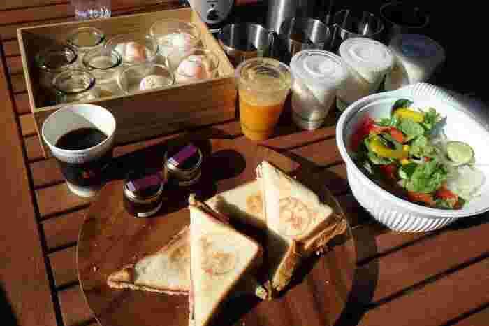 朝の光を受けていただく朝食は、こんなにも豪華です。食器や食材など、ひとつひとつがとてもお洒落なので満足感の高い朝食になりそうですね。