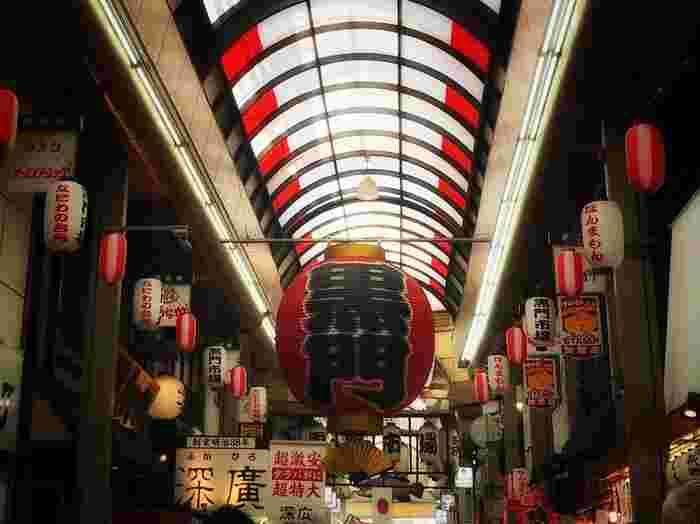 食い倒れの大阪を代表するといっても過言ではない「黒門市場」。 最近では外国人観光客も多く、店先にイートインスペースがあったり、食べ歩き用のメニューがあったりと、観光客に嬉しい魅力がたくさん増えているようです。市場ならではの新鮮な海鮮はもちろん、フレッシュフルーツや大阪の代表的な食文化の出汁まで、いろいろな美味しいものに出会うことができますよ。