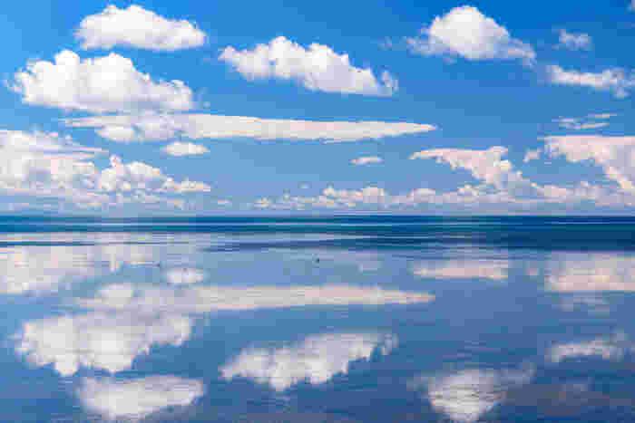 """""""離島を含めない日本最北端""""とされる宗谷岬近くの9月頃の海辺。波が凪いで鏡のようになった海面に広がる青空は、ウユニ潮湖に負けない美しさです。"""