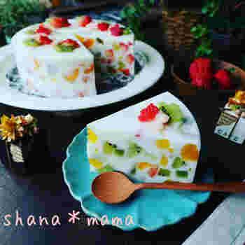 真夏のバースデーパーティーなど、クリームのケーキではちょっと重いかも…という時は、寒天を使った「ゼリーケーキ」がおすすめです。宝石箱のようなキラキラした断面がとても華やか。