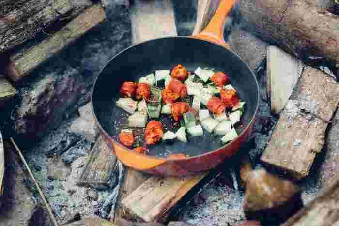 キャンプの大きな楽しみのひとつが食事。火を起こしてバーベキューをしたり煮込み料理を作るのは、キャンプの定番ですよね。自然の中で食べるお料理は格別の美味しさです。