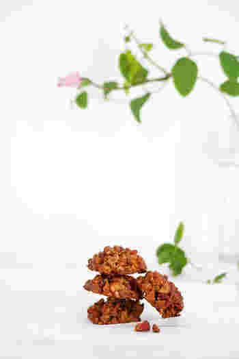 小麦粉の代わりにローストアーモンドを細かくしてクランベリーとざっくり混ぜ合わせたクッキーです。バター不使用で、カロリー控えめなのもうれしい。
