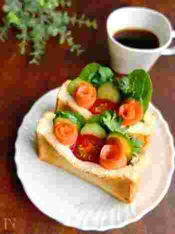 スモークサーモンとプチトマトをお花に見立ててデコレーション。食パンの断面に切り込みを入れてつくるポケットサンドは、食べやすいの外でのランチにぴったりです。