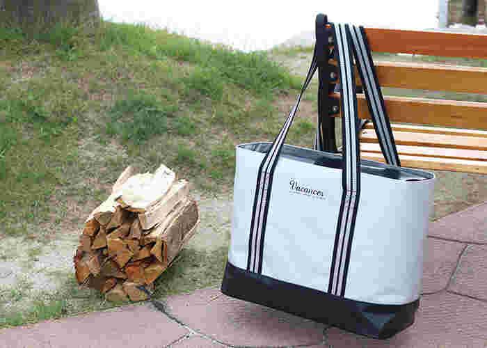 トートバッグは持ち手の部分が長い作りになっているので、肩にかけて荷物を運ぶことができ便利です。スタイリッシュな見た目でいかにも保冷バッグという感じがなく、街でのお買い物用にもピッタリです。